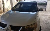 Selling White Mitsubishi Outlander 2009 in Manila